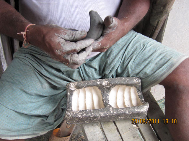 cast being used to make fingers